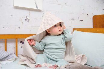 Koeka: Babys neue Kleider Mintgrüner Pullover (24,95 €), Hose (16,95 €) Badecape (37,50 €) www.koeka.com