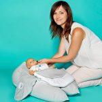 """Coralie Balligand, Product Manager von Doux Nid Nova, mit Schwangerschaftskissen/Stillkissen """"Nova"""""""