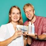 Michaela Hegemann und Tilmann Kreuder, Geschäftsführung von Das Boep, mit Babypflegebadprodukten