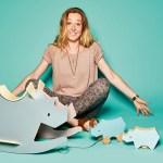 """Mia Dela, Gründerin/Designerin von Sebra, mit Schaukelnashorn """"I Rock"""", bzw. Nachzieh- und Sparnashorn"""