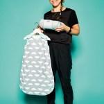 Keira O'Mara, Director von Mama Designs, mit Babyschlafsack mit herausnehmbarem Futter und Babydecke