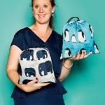 Emily Goodall, Director & Founder von BundleBean, mit Regenhüllen für Tragehilfen