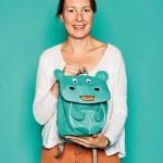 Nicole Gehlhoff, Brand Manager von F.O. Bags, mit Kinderrucksack Nora Nilpferd von Affenzahn