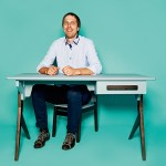 Ivars Lacis, Co-Owner von Tilibs & Lacis, mit Kinderschreibtisch und -stuhl