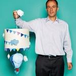 """Yannis Paraskakis, Executive Sales Manager von Blue & Red, mit Deckenlampe """"Hot-air Balloon"""""""