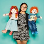 Selina Liu, General Manager von Zaozhuang MYI Import and Export, mit Baby- und Kinderbekleidung