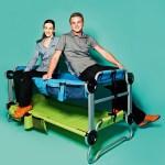 """Jessia Mohme und Aaron Stächelin, Projects & Communications Officer und Costumer Service von Disc-O-Bed EU, mit Etagen-Kinderfeldbett """"Kid-O-Bunk"""""""