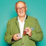 """Eberhard J. Körn, Sales Manager von Curaprox, mit  Schnuller """"Hang Loose"""""""