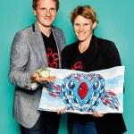 """Eva Stemmer und Jörg Meister, CEO  von little big things, mit Baby-Greifling """"Wal"""" und Popup-Buch aus Plüsch"""
