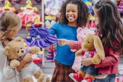 Kinder können in einem Build-a-Bear-Store ihren persönlichen Teddy zusammenstellen.