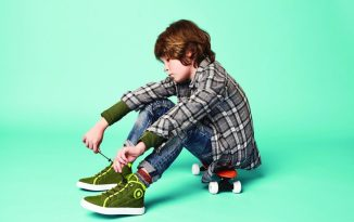 Junge mit Modell PORFYR von Vikings neuem Label Foot