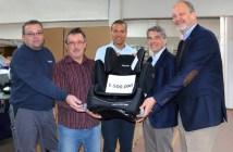 Stolz präsentieren Mitarbeiter von Recaro Child Safety ihren 1,5-millionsten Autositz aus der Young-Sport-Plattform