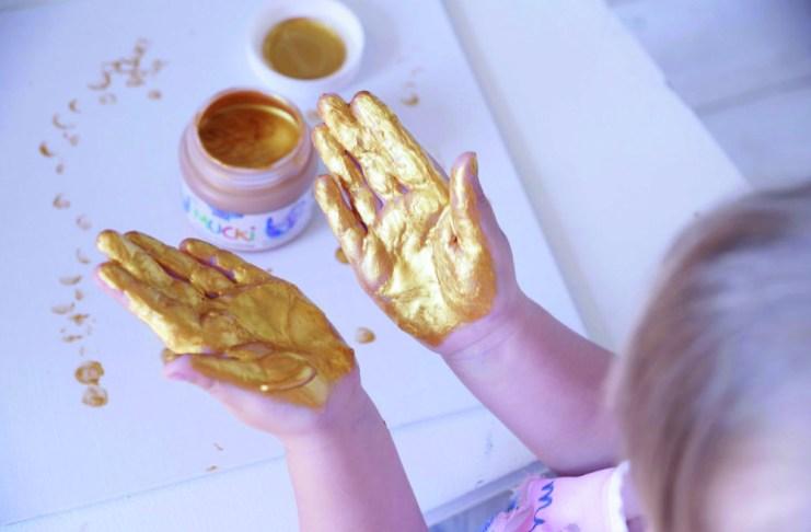 Ganz schön viele Goldfinger: Mit den Funkel-Fingerfarben von C. Kreul lassen sich glitzernde Effekte erzielen, damit Kinder noch mehr fühlen und entdecken können.