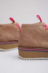 Das Modell Pomelo ist ein klassisch-geschnittener Loafer mit einer Wildleder-Oberfläche. Hingucker ist die farbige Abstufung am Rand der Sohle.