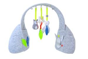 """Klimbim für Kleine Mithilfe der Spiegel, welche am Fuß des Play Gyms """"Fox"""" von Kikadu angebracht sind, können sich Kinder ein Bild von sich selbst machen. Das Modell aus Biobaumwolle lässt sich unkompliziert mit einem feuchten Tuch reinigen. www.kikadu.de"""