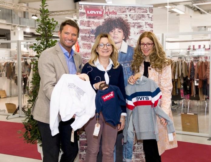 Markus Oberhamberger von der Brandboxx, Daniela Müller von der Agentur Internationale Kindermoden und Ulrike Martin, ebenfalls Brandboxx, am Stand von Levi's Kids.