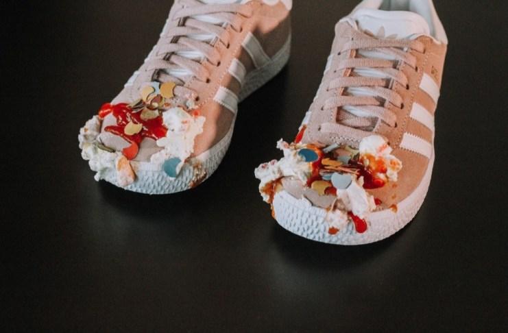 Ein Graus für jeden Sneakerhead: Um den Schmutz ganz einfach zu entfernen, gibt es die Pflegereihe Friiz.