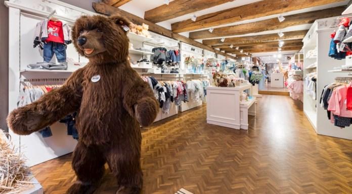 Da steppt der Bär: Nicht nur die Modekollektion, sondern auch die ikonischen Plüschtiere haben ihren Platz in den Steiff Stores.
