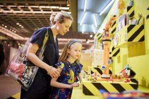 """Die """"Editorials"""" zeigen einen bunten Mix verschiedener Produkte aus den Segmenten Interior, Lifestyle und Toys zu je zwei ausgesuchten Themen pro Saison."""