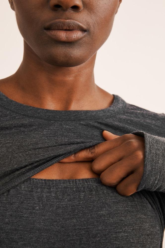 Für diskretes Stillen ist in das Langarm-Shirt von Boob ein praktischer Eingriff integriert.