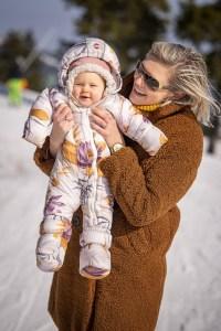 Viel Spaß im Schnee: Mit kuscheligen und zugleich fröhlich-gemusterten Fußsäcken und Schneeanzügen kein Problem, wie hier bei Lodger.