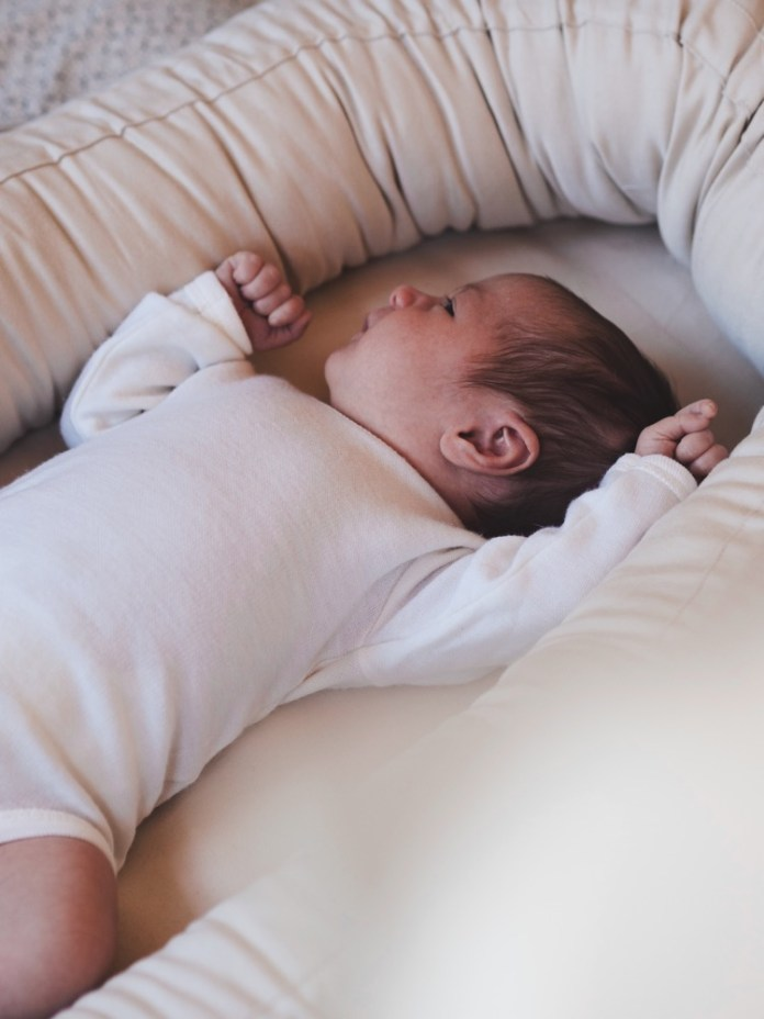 """Das """"Premium Kapok Babynest"""" von Filibabba, einem skandinavischen Interior-Label, lässt sich dank Reißverschluss auseinandernehmen und somit auch als Bettschlange oder Matratze für den Kinderwagen nutzen. www.filibabba.com"""