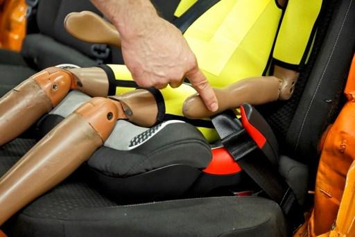 Bei Sitzerhöhern ist unbedingt auf die korrekte Gurtführung zu achten: Foto: ADAC