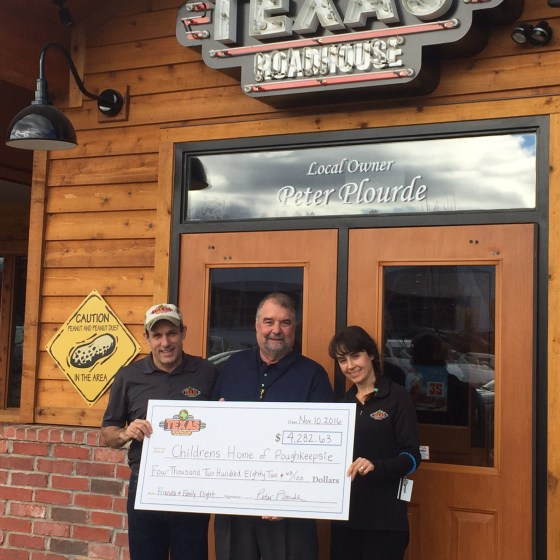 photo of Walter Joseph accepting check from Texas Roadhouse
