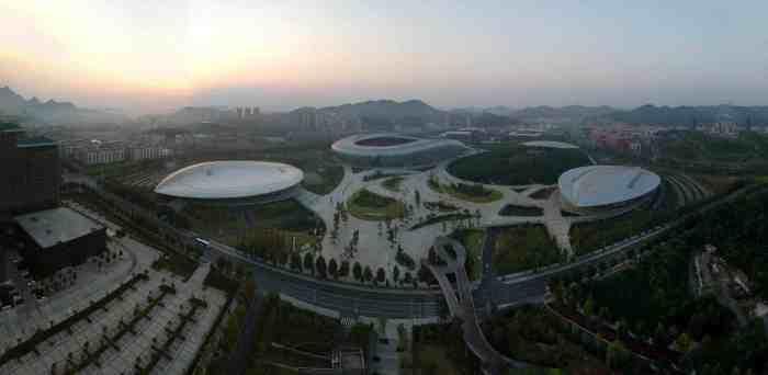 Zunyi: Landschaft des Olympischen Parks im Morgenlicht...