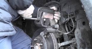 Самостоятельное выполнение замены передних колодок на транспортном средстве Opel Vectra 6