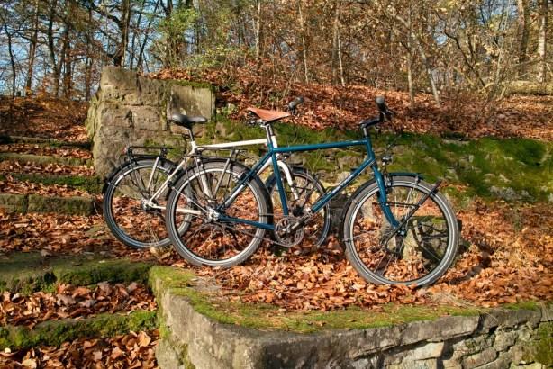 Die Fahrräder: Eines elfenbeinfarben, das andere stahlblau.