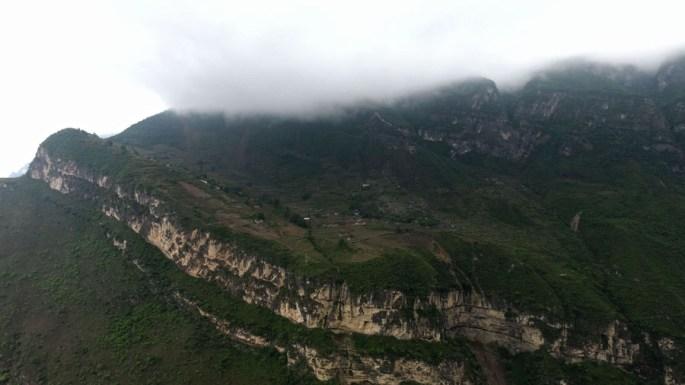 Kids climb vine ladder in 'cliff village' in Sichuan