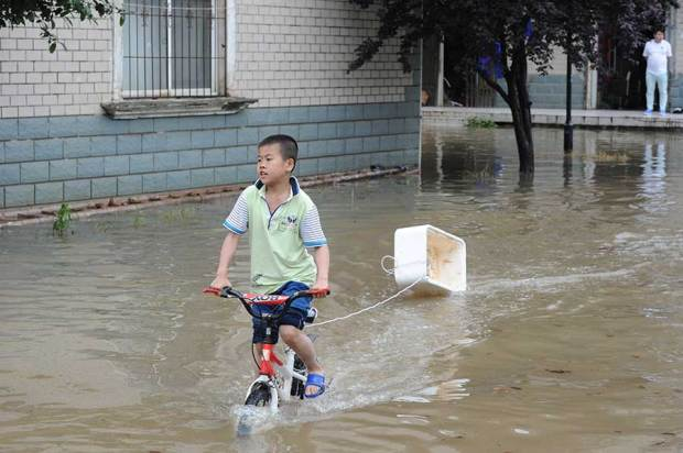 Heavy rain turns Wuhan into 'seaside' city