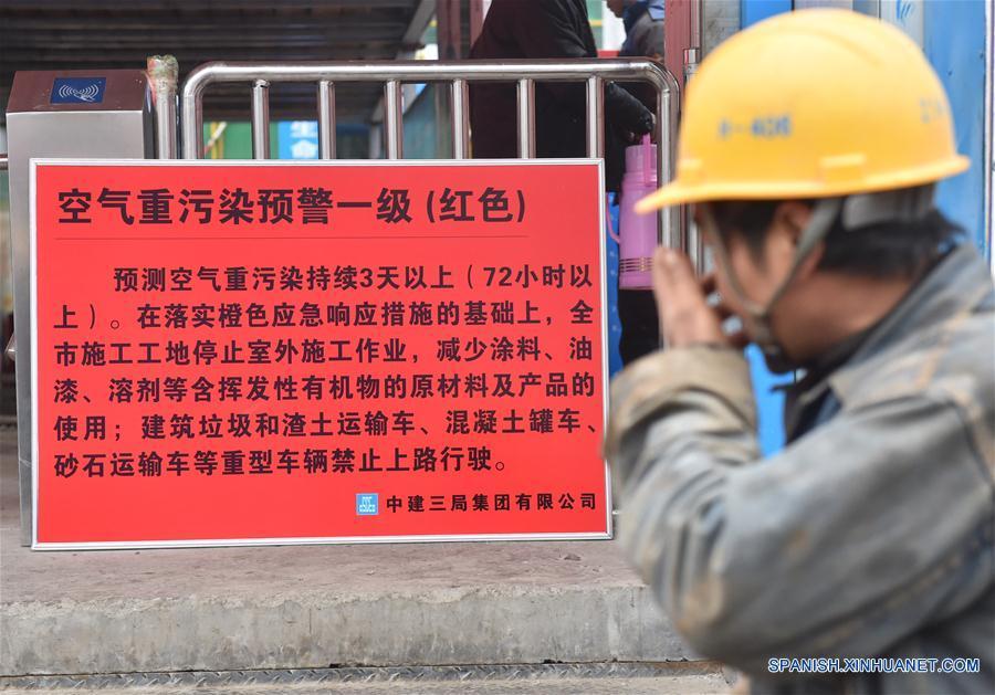 Empresas contaminantes chinas siguen en operación pese a alerta roja por esmog