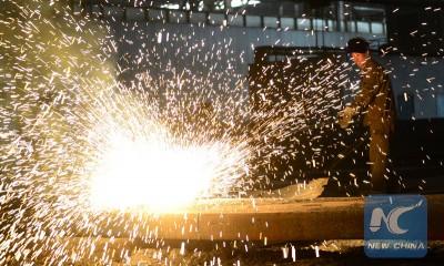 """新华社照片,邯郸(河北),2015年5月1日 劳动者之歌 5月1日,河北钢铁集团邯钢公司钢坯车间的工人在忙碌中。 当日是""""五一""""国际劳动节,一些劳动者依旧坚守岗位,用行动谱写劳动者之歌。 新华社发(胡清华 摄)"""