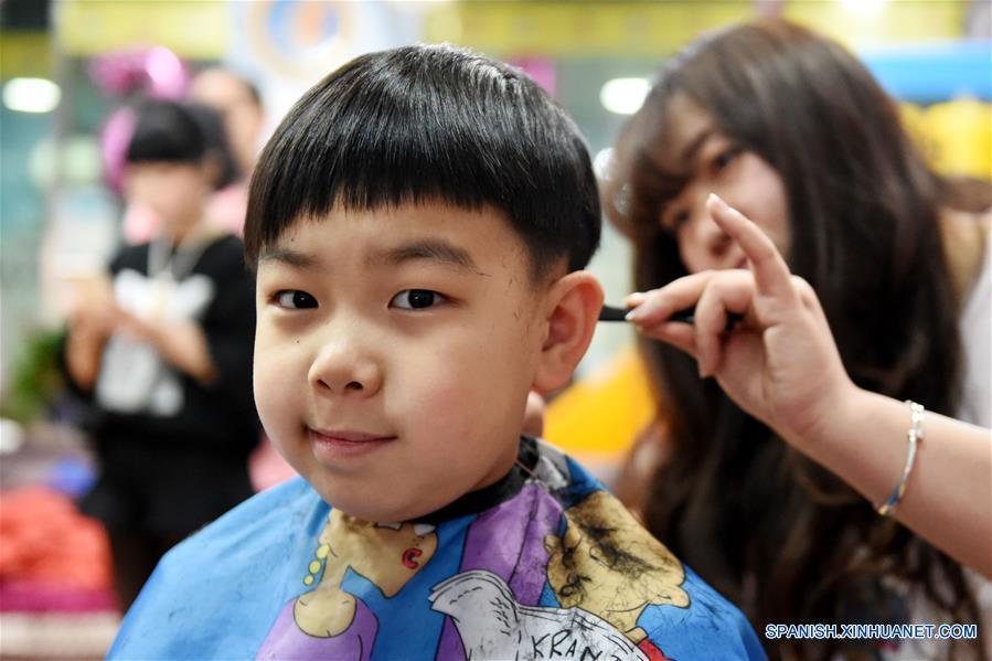 """Peluquerías chinas lucen atestadas por """"día de corte de pelo"""""""