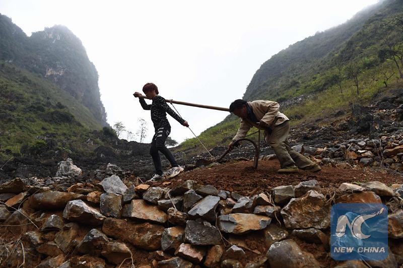 China introduce política para sacar de lista de pobreza a gente, aldeas y distritos