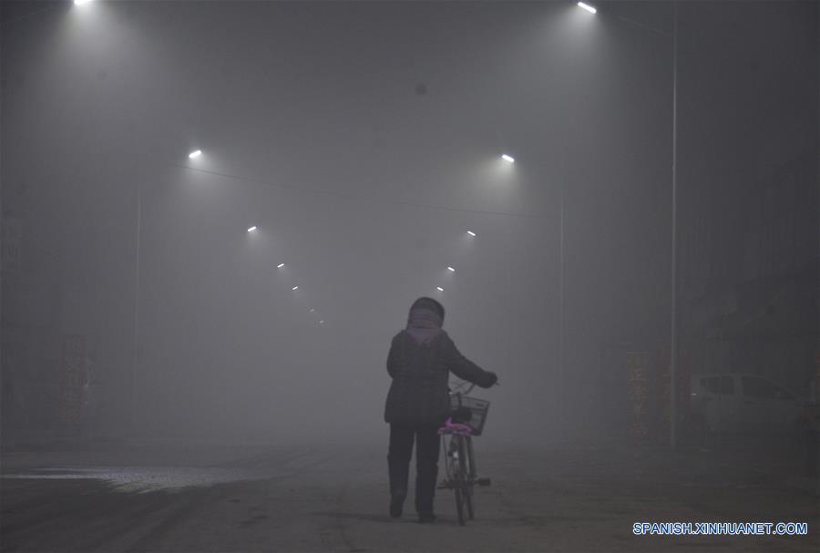 Tráfico en China es afectado por espesa neblina y esmog