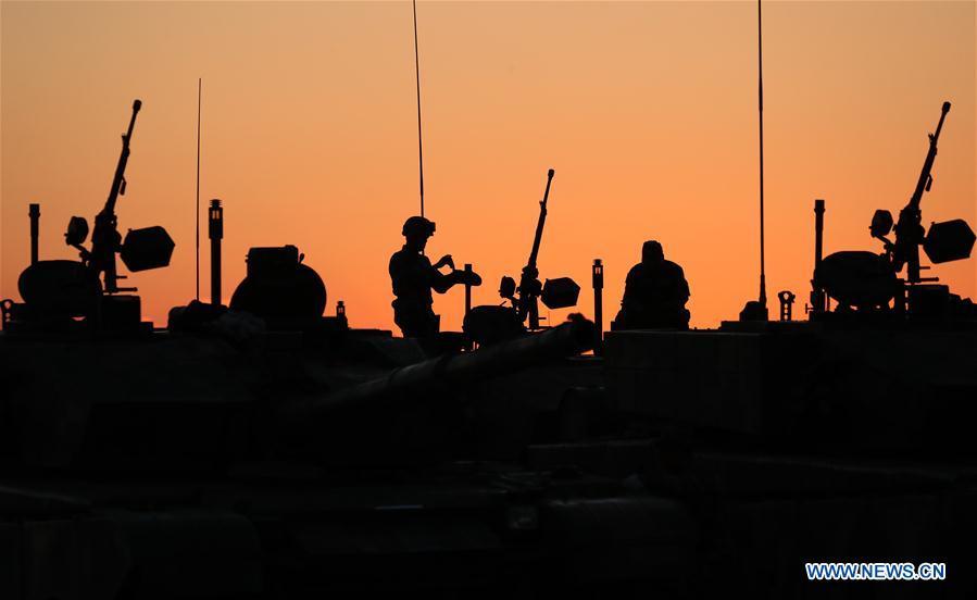 Presidente chino pasa revista a tropas en campo por primera vez