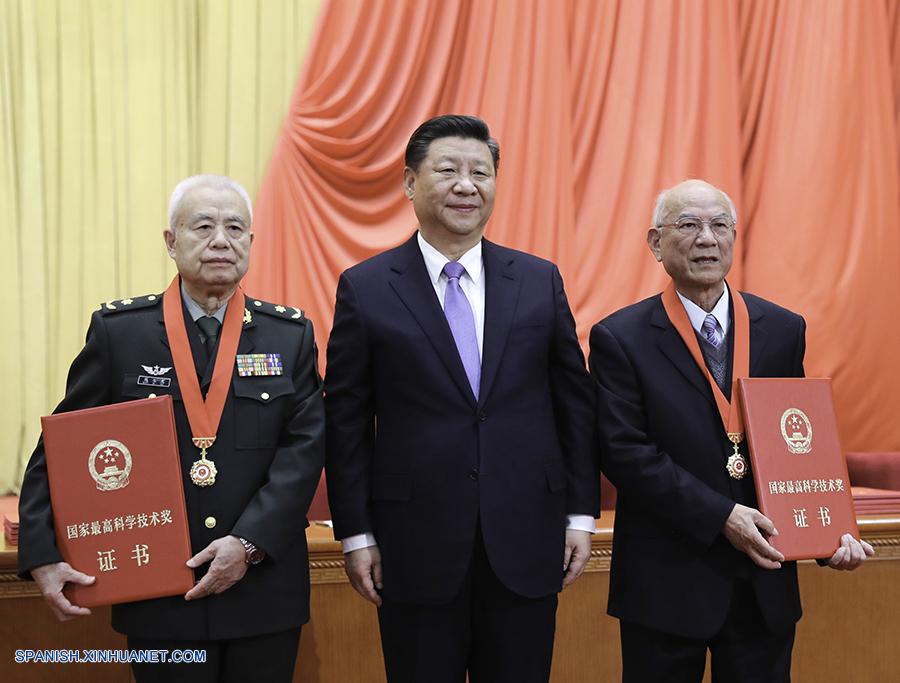 Presidente chino entrega máximo premio científico del país a dos académicos