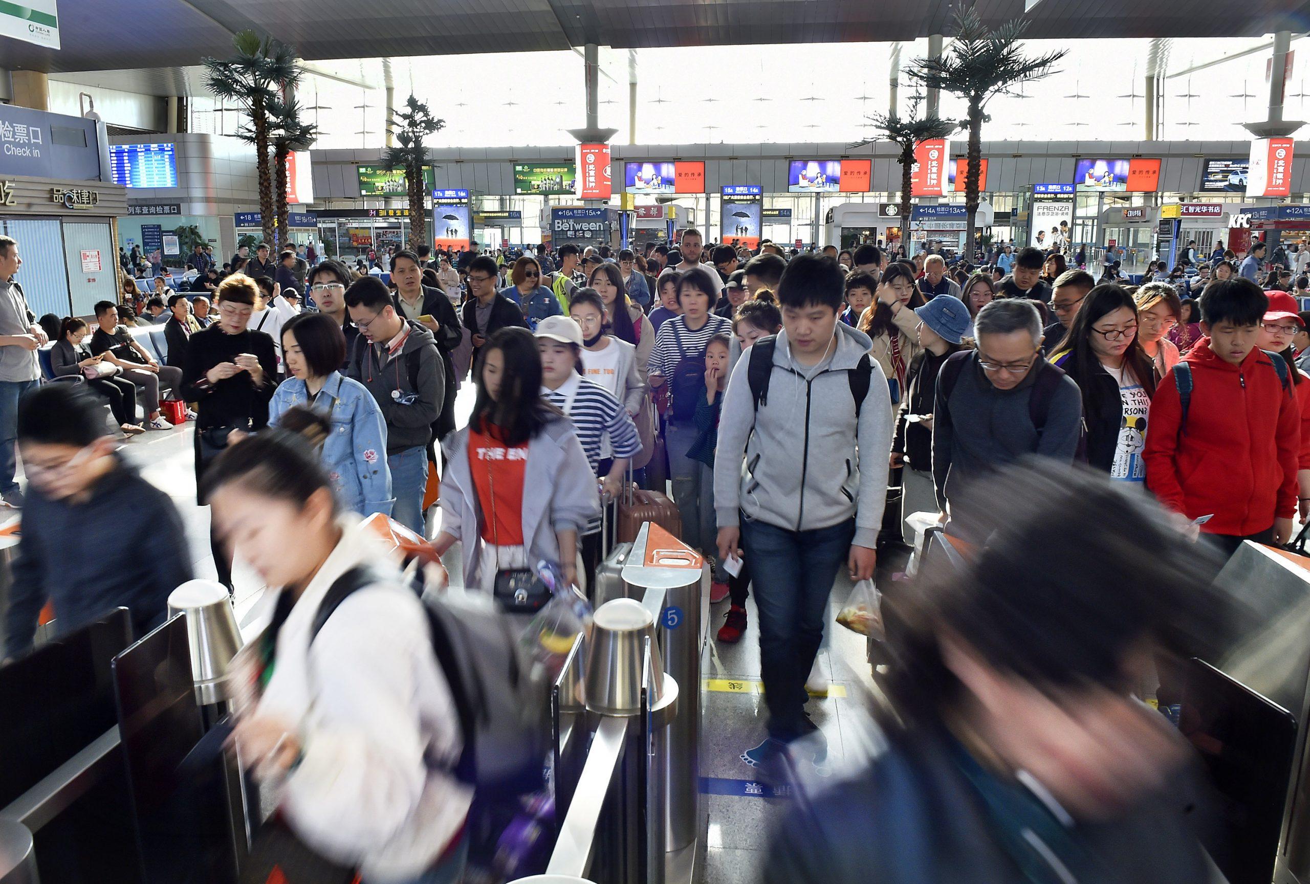 Viajes en tren de China por vacaciones de Día del Trabajo superan nivel previo a epidemia por segundo día consecutivo