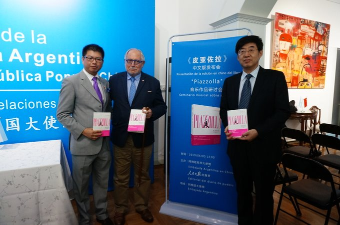 Presentan versión en chino de libro sobre compositor argentino Astor Piazzolla