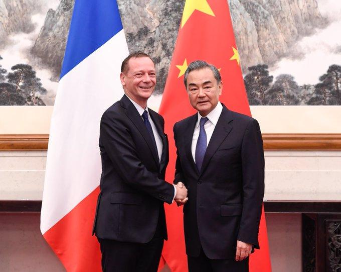 Canciller chino conversa sobre Irán con consejero diplomático de presidente francés