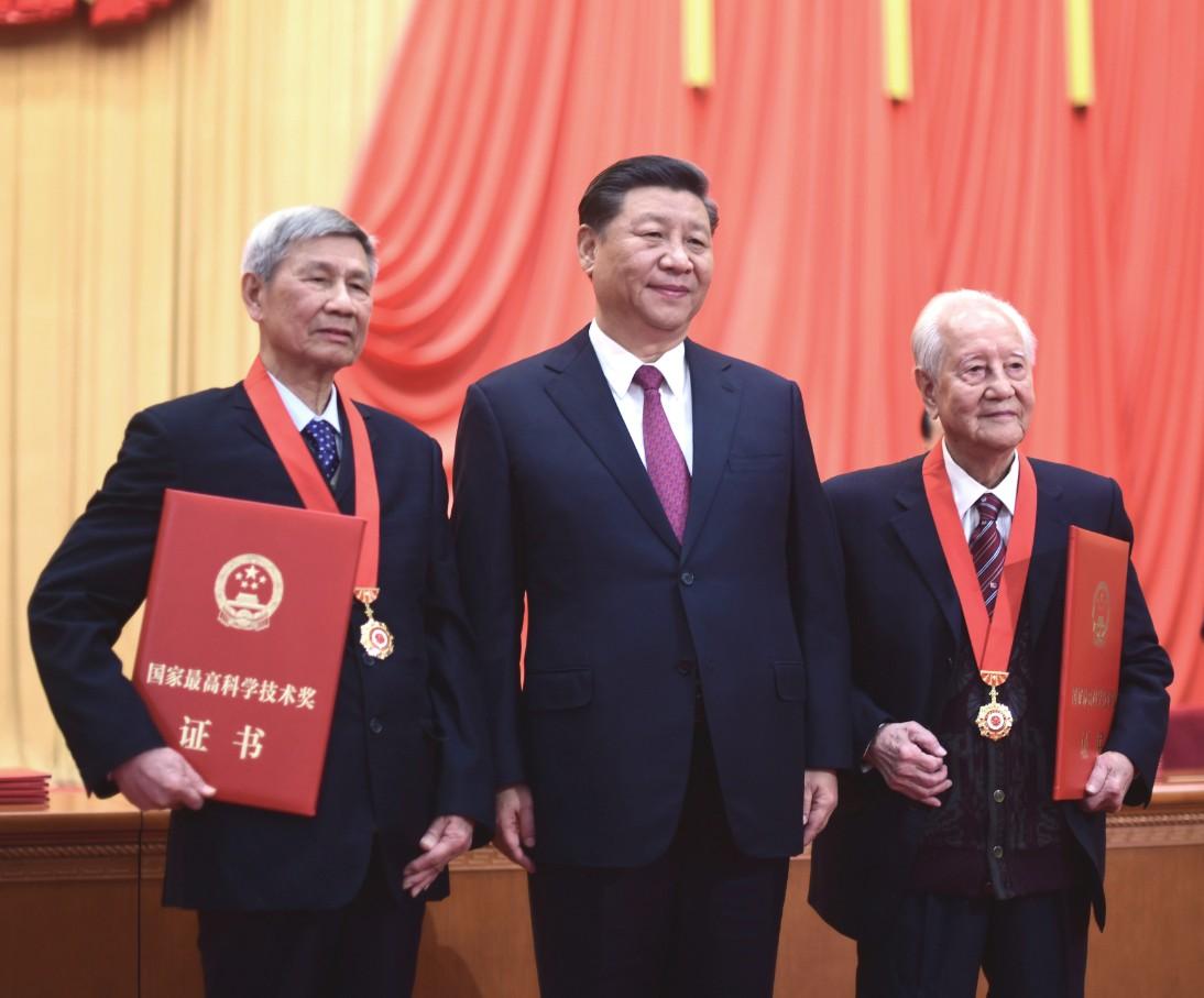 Xi honra a dos investigadores con máximo premio de ciencias de China