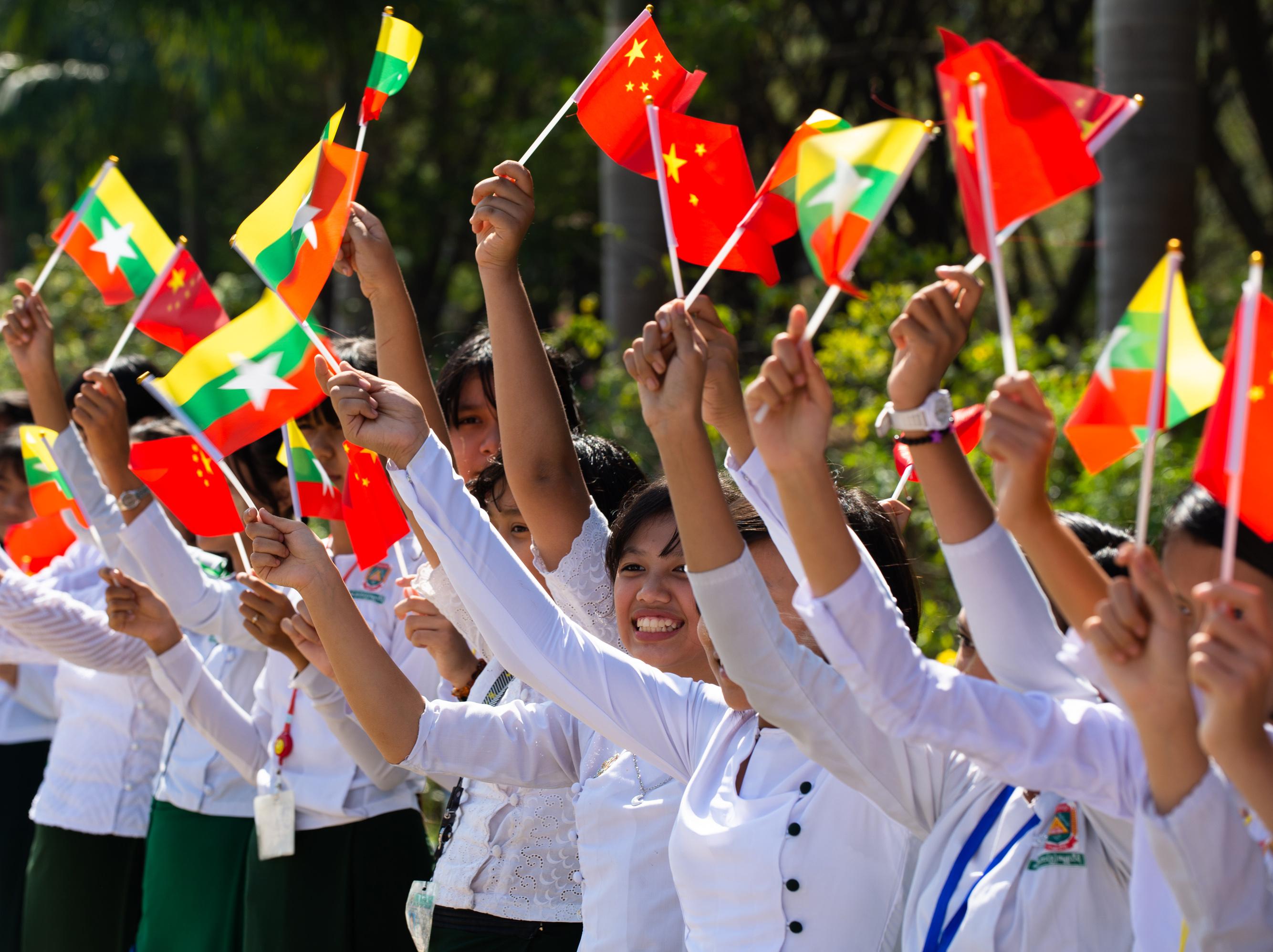 Xi llega a Naypyitaw para una visita de Estado a Myanmar