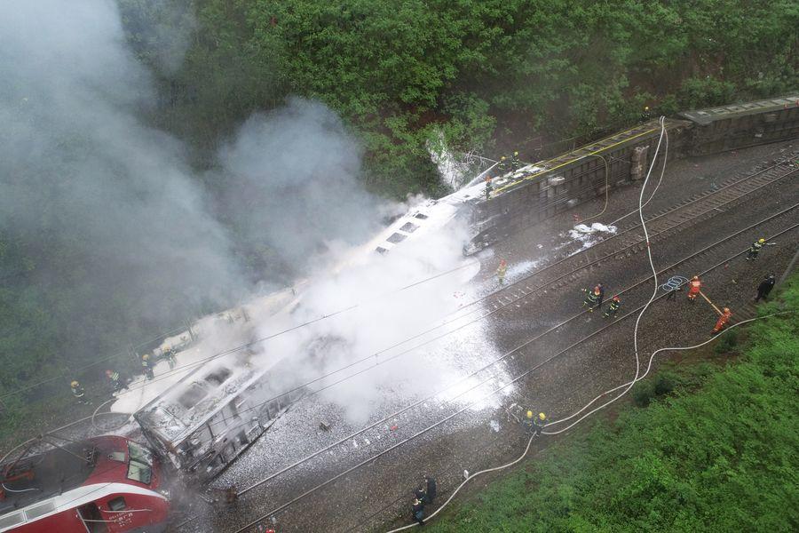 Trabajan en reparación de vía férrea después de descarrilamiento de tren en centro de China