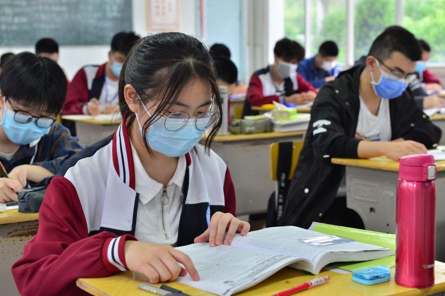Legisladores y asesores políticos nacionales de China hacen más de 400 propuestas sobre lucha contra COVID-19