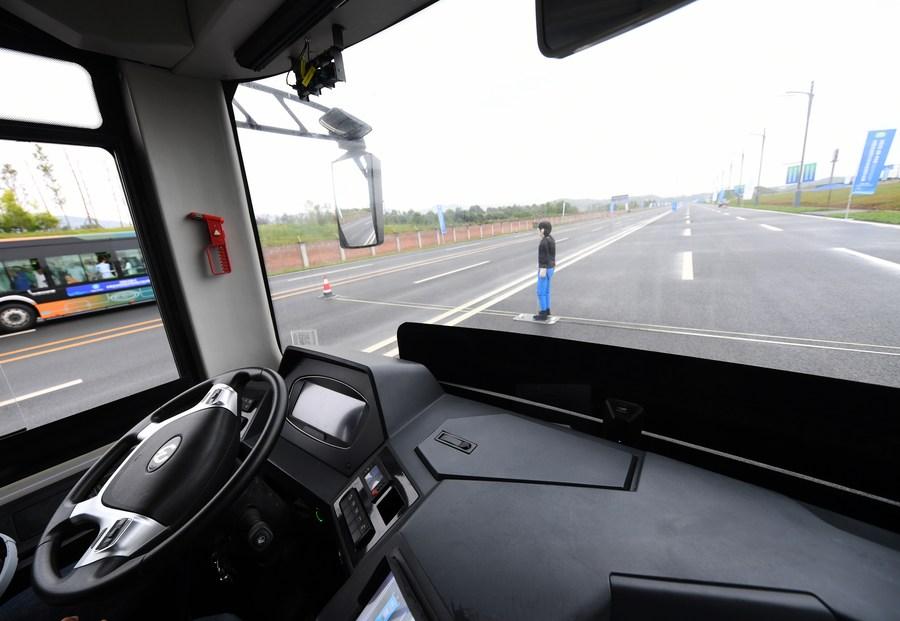 Autobús autónomo se estrena en Chongqing de China