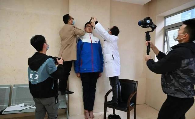 Niño chino de 2,21 metros de altura solicita récord mundial Guinness
