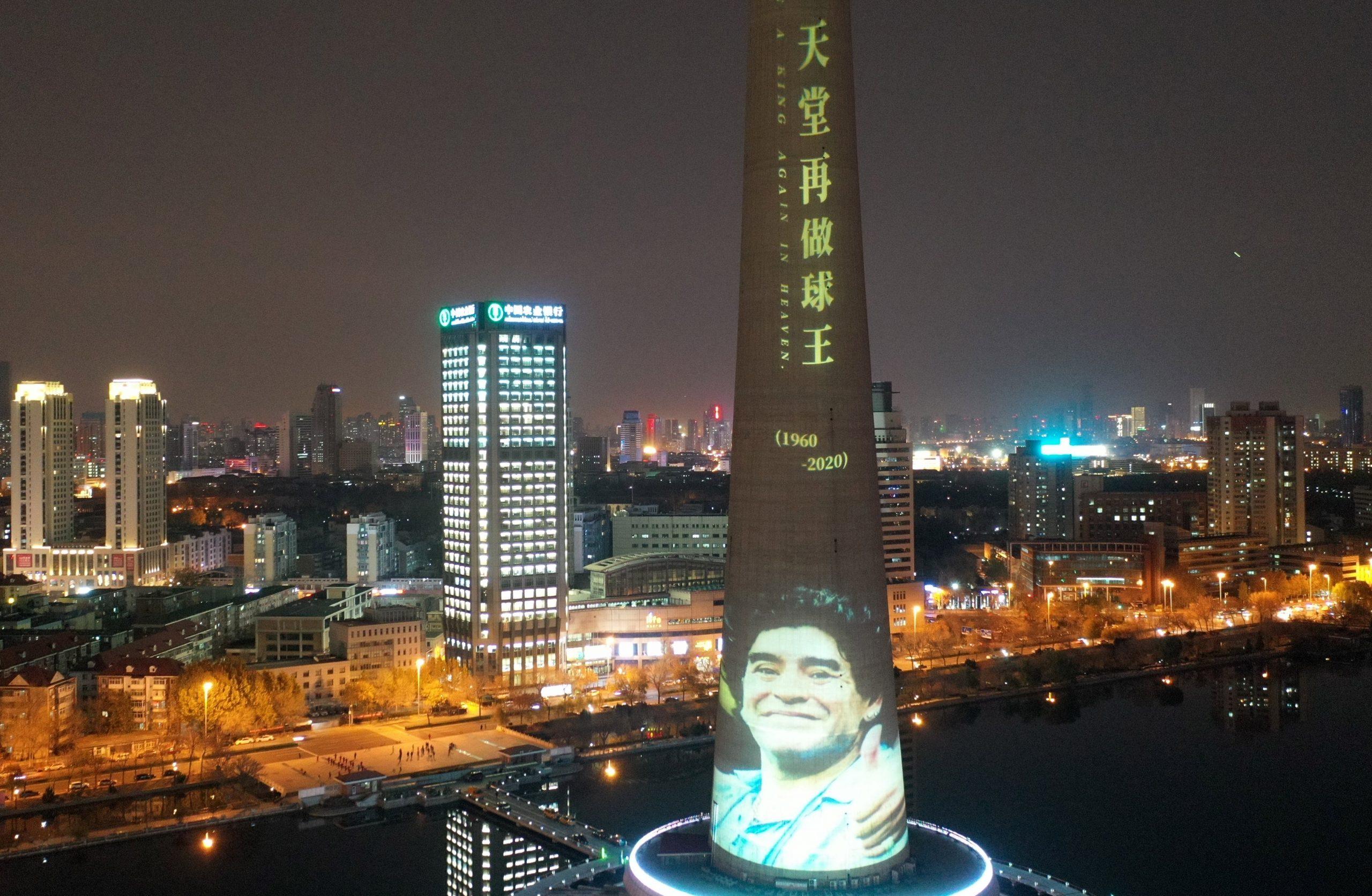 Admiradores chinos dan emotivo y masivo homenaje de despedida a Diego Maradona